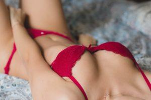 赤いブラジャーの女性