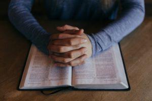 祈る男性の手