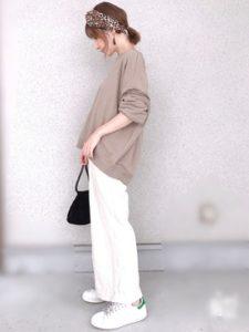 ヘアバンド×白パンツ